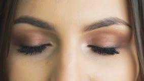 Κλείστε επάνω το βλέμμα του ανοίγματος και να αναβοσβήσει των ματιών αργά φιλμ μικρού μήκους