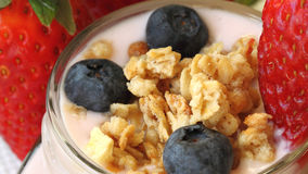 Κλείστε επάνω το γιαούρτι στο βάζο γυαλιού με το muesli, μούρα Στοκ Εικόνες