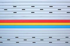 Κλείστε επάνω το γκρίζο, κόκκινο, κίτρινο, μπλε υπόβαθρο σύστασης πορτών φωτογραφικών διαφανειών φύλλων μετάλλων Στοκ εικόνες με δικαίωμα ελεύθερης χρήσης