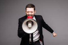 Κλείστε επάνω το επιχειρησιακό άτομο που κραυγάζει με megaphone Στοκ Φωτογραφία