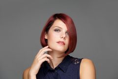 Κλείστε επάνω το θηλυκό πρότυπο μόδας με το σύγχρονο hairstyle Στοκ Εικόνα
