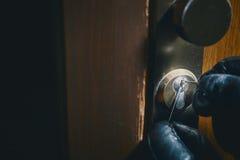 Κλείστε επάνω το διαρρήκτη που επιλέγει μια κλειδαριά Στοκ εικόνα με δικαίωμα ελεύθερης χρήσης