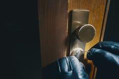 Κλείστε επάνω το διαρρήκτη που επιλέγει μια κλειδαριά Στοκ Εικόνα