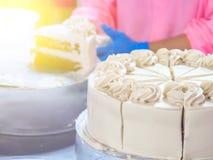 Κλείστε επάνω το κέικ κάνοντας στη βιομηχανία κέικ Στοκ φωτογραφία με δικαίωμα ελεύθερης χρήσης
