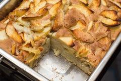Κλείστε επάνω το κέικ της Apple στο τηγάνι φούρνος-δίσκων από Στοκ φωτογραφίες με δικαίωμα ελεύθερης χρήσης
