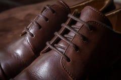 Κλείστε επάνω το καφετί παπούτσι ατόμων δέρματος Στοκ Εικόνες