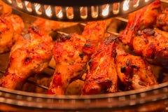 Κλείστε επάνω το κοτόπουλο που ψήνεται στη σχάρα στο φούρνο αλόγονου Στοκ εικόνες με δικαίωμα ελεύθερης χρήσης