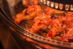 Κλείστε επάνω το κοτόπουλο που ψήνεται στη σχάρα στο φούρνο αλόγονου Στοκ εικόνα με δικαίωμα ελεύθερης χρήσης