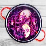 Κλείστε επάνω το κόκκινο λάχανο και τη σαλάτα της Apple στο δοχείο Στοκ φωτογραφίες με δικαίωμα ελεύθερης χρήσης