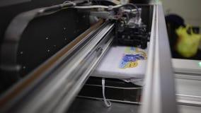 Κλείστε επάνω το μήκος σε πόδηα μιας βιομηχανικής ράβοντας μηχανής φιλμ μικρού μήκους