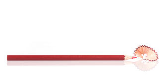 Κλείστε επάνω το μολύβι και το ξύρισμα χρώματος που απομονώνονται στο λευκό Στοκ εικόνα με δικαίωμα ελεύθερης χρήσης