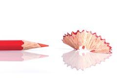Κλείστε επάνω το μολύβι και το ξύρισμα χρώματος που απομονώνονται στο λευκό Στοκ Εικόνες