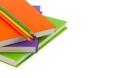 Κλείστε επάνω το μολύβι χρώματος και τη σπείρα σημειωματάριων - που δεσμεύονται στο άσπρο backgr Στοκ φωτογραφία με δικαίωμα ελεύθερης χρήσης