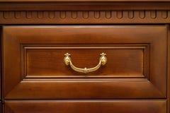 Κλείστε επάνω το ξύλινο συρτάρι ντουλαπών στοκ φωτογραφίες με δικαίωμα ελεύθερης χρήσης