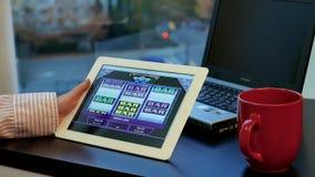 Κλείστε επάνω το παίζοντας παιχνίδι μηχανημάτων τυχερών παιχνιδιών με κέρματα γυναικών φιλμ μικρού μήκους