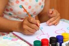 Κλείστε επάνω το παιδί τέχνης χεριών που σύρονται και το έγγραφο watercolor χρωμάτων για το educ Στοκ φωτογραφίες με δικαίωμα ελεύθερης χρήσης