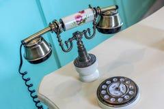 Κλείστε επάνω το παλαιό εκλεκτής ποιότητας τηλέφωνο πολυτέλειας ύφους με το μαξιλάρι πινάκων στον πίνακα Στοκ Εικόνες