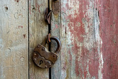 Κλείστε επάνω το παλαιό σκουριασμένο λουκέτο Στοκ εικόνα με δικαίωμα ελεύθερης χρήσης