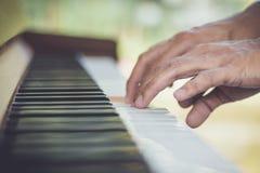 Κλείστε επάνω το πιάνο παιχνιδιού μουσικών χεριών ατόμων Στοκ φωτογραφία με δικαίωμα ελεύθερης χρήσης