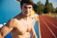 Κλείστε επάνω το πορτρέτο ενός γυμνού προκλητικού όμορφου αρσενικού αθλητή Στοκ Εικόνες