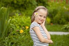 Κλείστε επάνω το πορτρέτο ενός επταετούς μικρού κοριτσιού, ενάντια στο backgroun Στοκ φωτογραφία με δικαίωμα ελεύθερης χρήσης