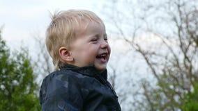 Κλείστε επάνω το πορτρέτο ενός ευτυχούς αστείου γέλιου μικρών παιδιών απόθεμα βίντεο