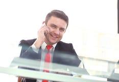 Κλείστε επάνω το πορτρέτο ενός ελκυστικού χαμόγελου επιχειρηματιών Στοκ εικόνα με δικαίωμα ελεύθερης χρήσης