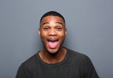 Κλείστε επάνω το πορτρέτο ενός νεαρού άνδρα που κάνει το αστείο πρόσωπο Στοκ φωτογραφίες με δικαίωμα ελεύθερης χρήσης
