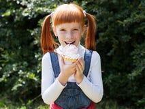 Κλείστε επάνω το πορτρέτο ενός χαριτωμένου μικρού κοριτσιού Στοκ φωτογραφία με δικαίωμα ελεύθερης χρήσης