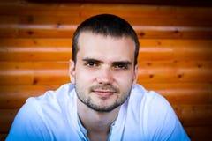Κλείστε επάνω το πορτρέτο ενός όμορφου νεαρού άνδρα με το χαμόγελο γενειάδων στοκ εικόνα με δικαίωμα ελεύθερης χρήσης