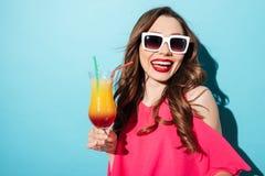 Κλείστε επάνω το πορτρέτο μιας αρκετά νέας γυναίκας στα γυαλιά ηλίου Στοκ Εικόνες
