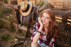 Κλείστε επάνω το πορτρέτο μιας ευτυχούς όμορφης redhead στήριξης cowgirl Στοκ Φωτογραφίες