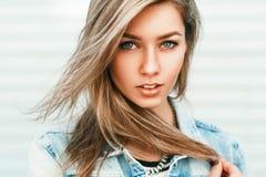 Κλείστε επάνω το πορτρέτο μιας όμορφης γυναίκας από την Ευρώπη σε ένα τζιν jacke Στοκ Φωτογραφία