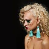 Κλείστε επάνω το πορτρέτο ομορφιάς της νέας γυναίκας με το όμορφο makeup στοκ φωτογραφία