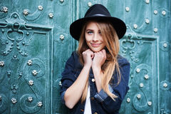 Κλείστε επάνω το πορτρέτο οδών των χαριτωμένων νεολαιών που χαμογελούν την ευτυχή γυναικεία φθορά μοντέρνη ευρύς-το καπέλο Πρότυπ Στοκ εικόνες με δικαίωμα ελεύθερης χρήσης