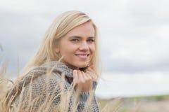 Κλείστε επάνω το πορτρέτο πλάγιας όψης μιας χαριτωμένης χαμογελώντας νέας γυναίκας Στοκ Φωτογραφία