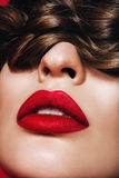 Κλείστε επάνω το πορτρέτο της γυναίκας με τα εμπαθή χείλια Στοκ Εικόνες
