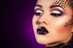 Κλείστε επάνω το πορτρέτο της γυναίκας ομορφιάς με τα διαμάντια στο πρόσωπο Στοκ φωτογραφία με δικαίωμα ελεύθερης χρήσης