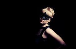 Κλείστε επάνω το πορτρέτο της γυναίκας στη μυστήρια μάσκα στοκ εικόνες