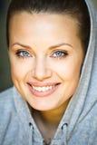 Κλείστε επάνω το πορτρέτο της ευτυχούς χαμογελώντας νέας γυναίκας στοκ φωτογραφία με δικαίωμα ελεύθερης χρήσης