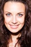 Κλείστε επάνω το πορτρέτο της ευτυχούς χαμογελώντας νέας γυναίκας στοκ φωτογραφίες