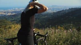 Κλείστε επάνω το πορτρέτο της ισχυρής γυναίκας ποδηλατών απόθεμα βίντεο
