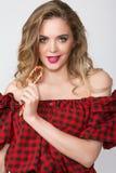 Κλείστε επάνω το πορτρέτο της νέας όμορφης γυναίκας με φωτεινό αποτελεί, κόκκινη κορυφή, σορτς τζιν και μεγάλο κόκκινο lollipop Στοκ φωτογραφίες με δικαίωμα ελεύθερης χρήσης