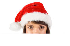 Κλείστε επάνω το πορτρέτο της όμορφης γυναίκας στο καπέλο santa Στοκ φωτογραφία με δικαίωμα ελεύθερης χρήσης