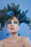 Κλείστε επάνω το πορτρέτο της όμορφης νέας γυναίκας με το δέντρο-στεφάνι Χριστουγέννων στοκ εικόνα με δικαίωμα ελεύθερης χρήσης