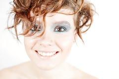 Κλείστε επάνω το πορτρέτο της όμορφης νέας ευτυχούς χαμογελώντας γυναίκας Στοκ Εικόνες