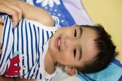 Κλείστε επάνω το πορτρέτο του ασιατικού αγοριού, που χαμογελά τη δράση Στοκ φωτογραφία με δικαίωμα ελεύθερης χρήσης
