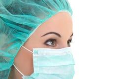 Κλείστε επάνω το πορτρέτο του θηλυκού γιατρού στη μάσκα πέρα από το λευκό Στοκ εικόνες με δικαίωμα ελεύθερης χρήσης