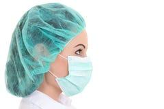 Κλείστε επάνω το πορτρέτο του νέου θηλυκού γιατρού στη μάσκα πέρα από το λευκό Στοκ φωτογραφία με δικαίωμα ελεύθερης χρήσης