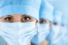 Κλείστε επάνω το πορτρέτο του νέου θηλυκού γιατρού χειρούργων Στοκ Φωτογραφία